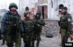 Один із ватажків угруповання «ДНР» Михайло Толстих («Гіві») праворуч. Окупований Донецьк, 13 листопада 2014 року
