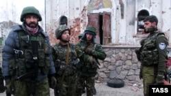 «Гіві» (праворуч) разом з іншими бойовиками, архівне фото
