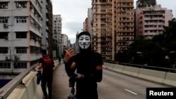 Demonstrant nosi masku na protestu u Hong Kongu, 4. oktobar