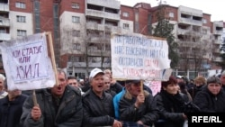 Протест на стечајците пред влада.