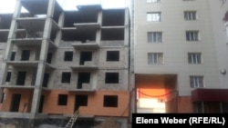 """""""Шапағат"""" тұрғын үй кешені маңында құрылыс жұмыстары жүріп жатыр. Қарағанды, 22 тамыз 2014 жыл."""
