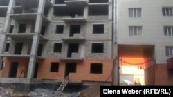 "Во дворе заселенного дома комплекса ""Шапагат"" идет стройка. Караганда, 22 августа 2014 года."