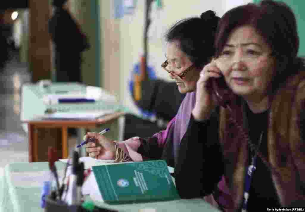 Қырғызстан конституциясына өзгертулер енгізу жөніндегі референдум мен жергілікті кеңеш сайлауына дауыс беруді бақылап отырғандар. Бішкек, 11 желтоқсан 2016 жыл.