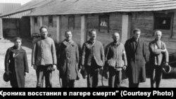 """Евреи-военнопленные после """"селекции"""" в лагере"""