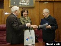 Владимиру Лапыгину (справа) вручают научную премию.