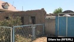Дом, пострадавший при взрывах в Арыси.