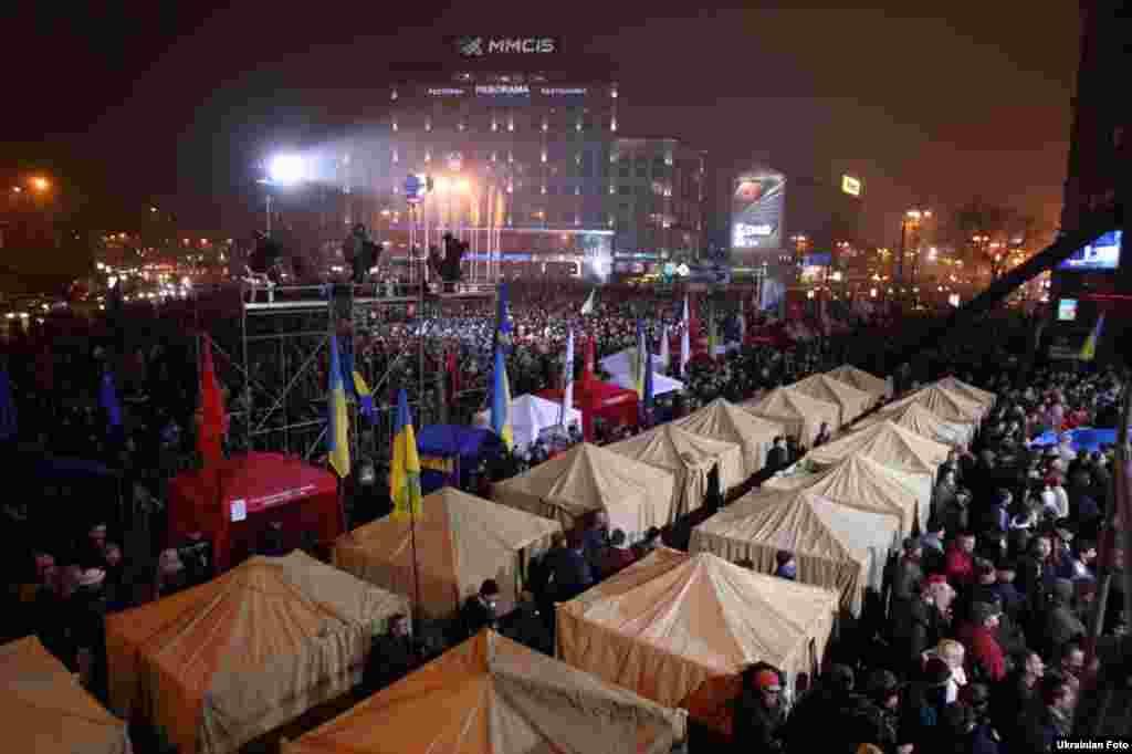 Опозиція встановила наметове містечко на Європейській площі в Києві, 24 листопада 2013 року