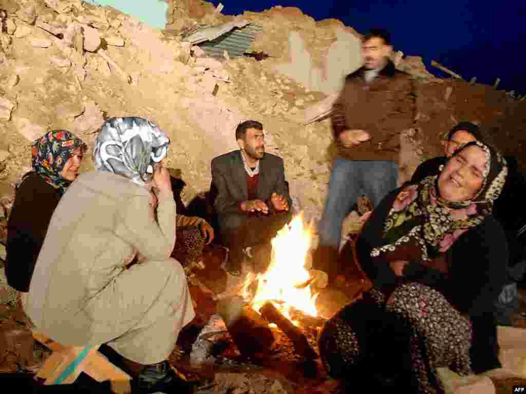 Жыхары Турцыі, якія засталіся на вуліцы ў выніку моцнага землятрусу.