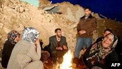 В районе разрушенного Элязыга люди обогреваются, как могут.