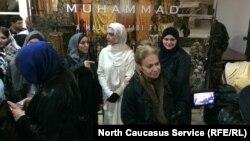 В белом - исполнительница роли матери пророка Мина Садати