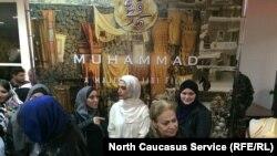 На закрытом показе фильма «Мухаммад – посланник Всевышнего» в Каспийске. В белом – исполнительница роли матери пророка Ра'на Азадивар, 17 ноября 2016 года
