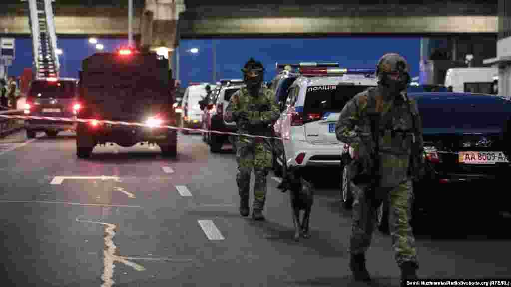 Загалом, у спеціальній операції із затримання чоловіка брали участь спецпризначенці, рятувальники, гвардійці й підрозділи поліції