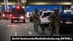 Українські силовики проводять спецоперацію із знешкодження «мінера» на мосту Метро у Києві. 18 вересня 2019 року