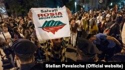 Proiectul de la Roșia Montana a stârnit unele dintre cele mai importante proteste din România post-decembristă. Românii au ieșit în stradă pentru un principiu: salvarea regiunii și, implicit, a mediului înconjurător. Imagine generică de la protestele din 2013