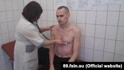 Російський лікар обстежує Сенцова. ФСВП Росії стверджує, що фото зроблено 28 вересня