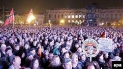 Demonstranți PEGIDA în fața operei Semper din Dresda, 19 octombrie 2015.