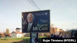 Poruka dobrodošlice Džonu Mekejnu na bilbordu, Priština
