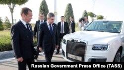 Медведев и Бердымухамедов осматривают лимузины «Аурус».