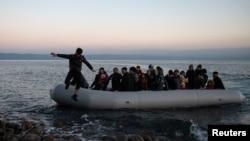 Pamje të disa migrantëve duke zbritur nga një varkë. (Foto nga arkivi).