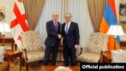 Министр иностранных дел Армении Зограб Мнацаканян (справа) и министр иностранных дел Грузии Давид Залкалиани, Ереван, 15 октября 2019 г.