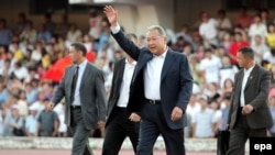 President Kurmanbek Bakiev greets supporters at a stadium in Bishkek two days before the vote.