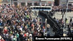Пушкин алаңына қарсылық акциясына жиналған наразылар мен полиция қызметкерлері. Мәскеу, 5 мамыр 2018 жыл.
