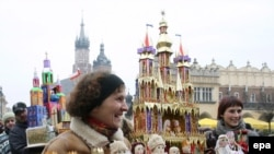 Одним вертеп (на фото продавщица его краковской версии Szopka krakowska), другим головная боль