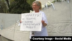Російська активістка Ірина Калмикова під час пікету в Москві на підтримку української мови (архівне фото)