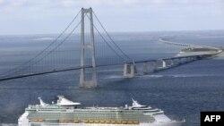 """Лайнеры компании The Royal Caribbean's совершают круизы по всему миру. На снимке круизное судно """"Liberty of the Seas"""""""