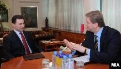 Еврокомесарот за проширување Штефан Филе и премиерот на Македонија Никола Груевски на средба во Скопје на 17 февруари 2009 година.