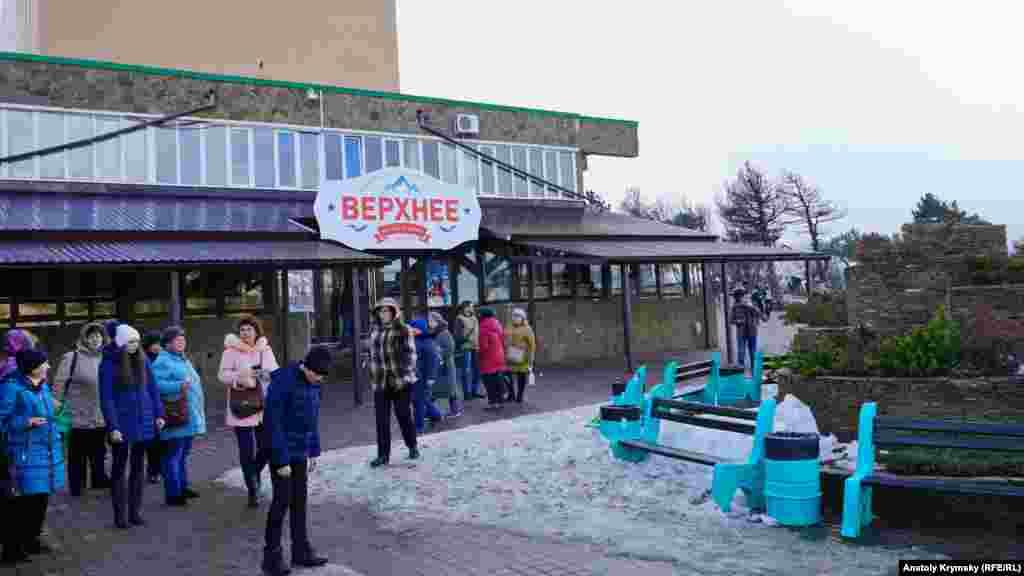 Після демонтажу 49 торгових точок 2017 року, на верхній станції працює тільки одне кафе –«Верхнє»