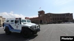 Armenia -- A police vehicle parked outside the Armenian government headquarters at Yerevan's deserted Republic Square, March 25, 2020.