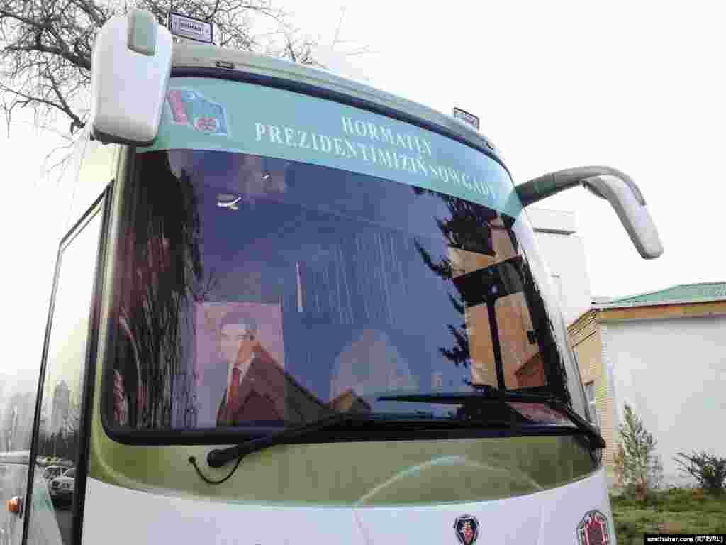 Prezident G.Berdimuhamedowyň döwlet awtobuslarynyň birinde ýerleşdirilen portreti