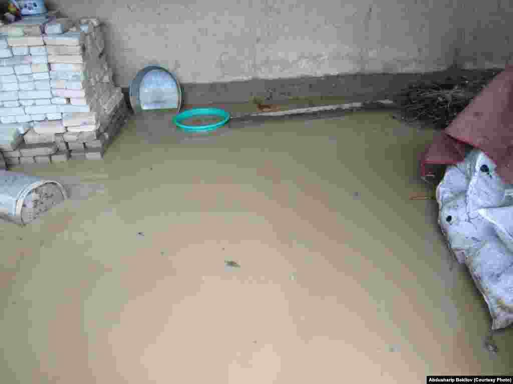 В одном из домов затопило подвал. На месте работают специалисты МЧС.