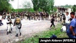 Бойцы спецподразделения в местности Жака-Орук Баткенской области. 8 мая 2014 года.