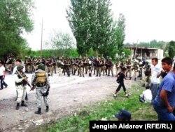 Солдаты армии Киргизии перекрывают границу с Таджикистаном. 8 мая 2014 года