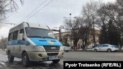 """Тіркелмеген партия митинг өтеді деп жариялаған """"Астана"""" алаңы маңында тұрған полиция көлігі. Алматы, 22 ақпан 2020 жыл."""