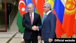 Неформальная встреча глав государств-членов СНГ: президент России Владимир Путин (слева) и президент Армени Серж Саргсян, Москва, 26 декабря 2017 г.