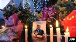Недалеко от санночной трассы, зажгли свечи в память о Нодаре Кумариташвили