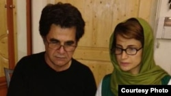 Iranian dissidents Jafar Panahi (left) and Nasrin Sotoudeh sign their letter to South African antiapartheid icon Nelson Mandela.