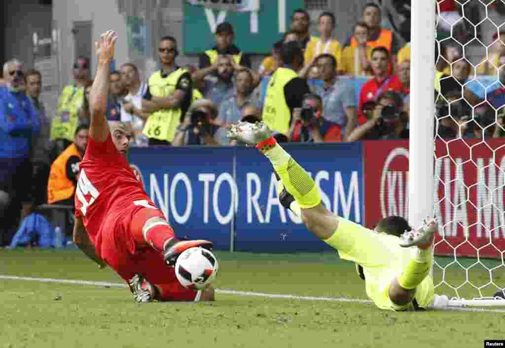 Football Soccer - Switzerland v Poland - EURO 2016 - Round of 16 - Stade Geoffroy-Guichard, Saint-Étienne, France - 25/6/16
