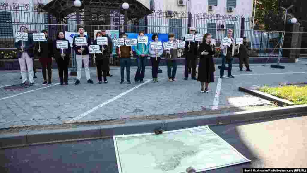 27 сентября под посольством России в Киеве провели XV акцию«Где Эрвин?».