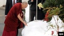 Далай-Лама около Белого дома в Вашингтоне