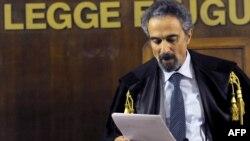 Милан -- Судья Оскар Мажжи ЦРУнун тыңчыларына чыгарылган өкүмдү окуп жатат.4-ноябрь 2009-жыл.