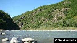 Воды реки в последние годы загрязняются в основном из-за дробилок и сточных вод, а также военной базой в Дзауском районе