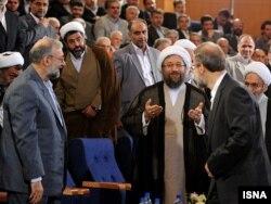 در کنار برادرانش علی (راست) و محمدجواد لاریجانی (چپ)