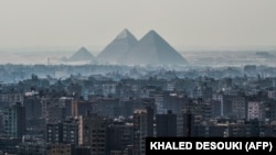 Pamje të piramidës së Gizës dhe qytetit të Kajros.