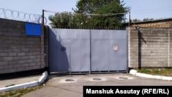 У входа в СИЗО. Алматы, 23 сентября 2019 года.
