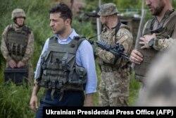 Президент України Володимир Зеленський в голубій сорочці під час поїздки до лінії фронту на Луганщині, 27 травня 2019 року