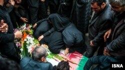 تشدید درگیریهای سوریه طی هفتههای اخیر آمار کشتههای ایران را بالا برده است. خانواده یکی از این کشتهشدگان در حال عزاداری.